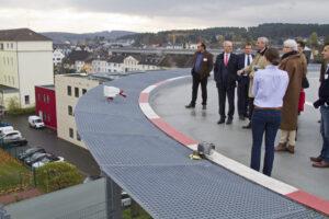 Beim Betriebsrundgang ging es für interessierte Besucher auch bis zum Hubschrauberlandeplatz hinauf. Bild: Tameer Gunnar Eden/Eifeler Presse Agentur/epa