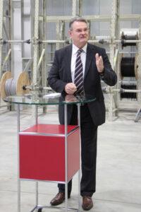 Landrat Günter Rosenke lobte besonders das Engagement und die Tatkraft des Me-chernicher Unternehmens Hamacher. Bild: Michael Thalken/Eifeler Presse Agen-tur/epa