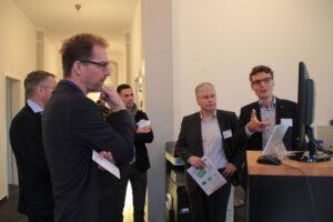 """Experten der Webeagentur """"RedOrange"""" standen den Unternehmerinnen und Unternehmern für Fragen zur Verfügung. Bild: Michael Thalken/Eifleler Presse Agentur/epa"""
