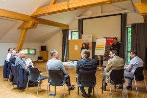 Im Kloster Schweinheim konnten die Teilnehmer des Unternehmerfrühstücks in Kurzworkshops hineinschnuppern. Bild: Tameer Gunnar Eden/Eifeler Presse Agentur/epa