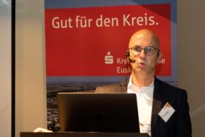 Prof. Dr. Matthias Meinecke von der FH Aachen empfahl, die Digitalisierung in kleinen Schritten umzusetzen und sich an Prozessen zu orientieren. Bild: Tameer Gunnar Eden/Eifeler Presse Agentur/epa